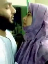 شرموطه مع عشيقها يقلعها ويرضع ف بزازها وهاجت وصورها عريانه