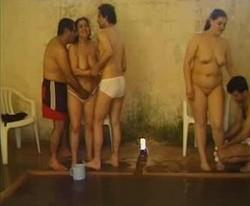 تبادل زوجات على حمام السباحة كل واحد ينيك مرات واخت التانى والراجل يصورهم