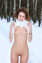 Lola-F-Lola-showing-off-her-naked-body-in-the-snow--r6fc7cp0gp.jpg