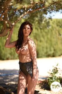 Bonnie-Lee-Shooting-in-Her-Bodysuit-Outdoors--c6r0x0szxb.jpg