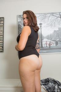 Ivana-Bell-Ivana-Takes-Off-Her-Bodysuit--b6si7t73gr.jpg